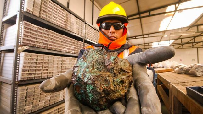Ministro Gálvez ofrece reformas para agilitar proceso mineros