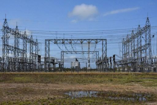 Panorama de Argentina: línea de transmisión y parque solar en Neuquén, generación en Tierra del Fuego