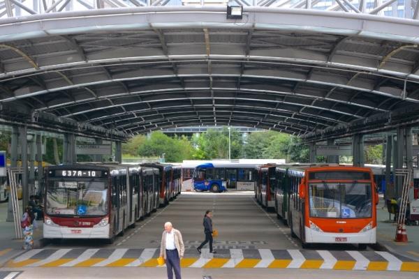 ¿Qué hay detrás del menor número de pasajeros en los buses brasileños?