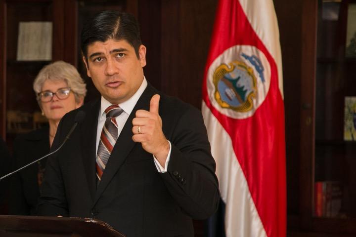 Presidente de Costa Rica vuelve a poner controvertido acuerdo con FMI sobre la mesa