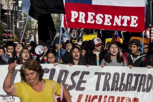 """Piñera pide """"perdón"""" y anuncia medidas sociales para contener protestas en Chile"""