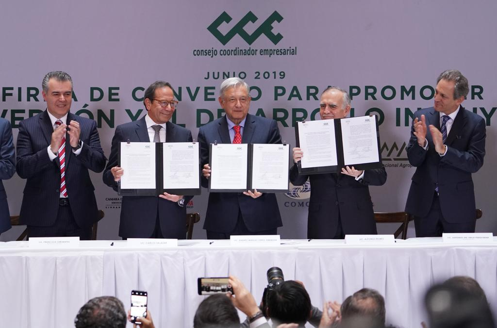 AMLO, private sector sign pact in US$35bn investment push