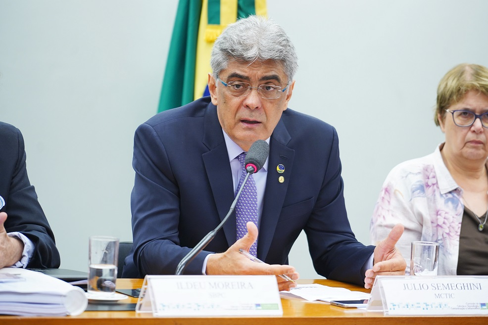 Govt calls on telcos to lobby for change in Brazil's telecom fund